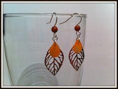 Boucles d'oreilles pendentif feuille et sequin forme goutte , couleur orange : Boucles d'oreille par nessymatriochka