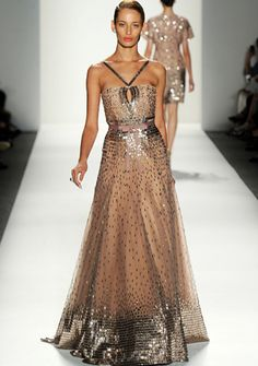 Norman Ambrose es el creador de este encantador vestido de fiesta.