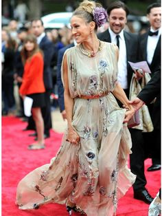 SJP rocks a Valentino gown on the red carpet. #couture #sarahjessicaparker