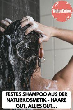Ein festes Shampoo ist nicht nur eine umweltfreundliche Alternative zu flüssig Shampoos in Plastikflaschen, es hinterlässt zudem auch eine wunderbar glänzende und geschmeidige Haarpracht. Feste Haarshampoos aus der Naturkosmetik verwöhnen das Haar mit einer Auswahl an sorgfältig ausgesuchten Extrakten von der Natur. Sie kommen komplett ohne Plastik aus und haben daneben auch ausschliesslich positive Effekte für Haar und Kopfhaut. #FestesShampoo # NaturkosmetikShampoo #HaarshampooNaturkosmetik