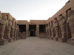 Capilla de RAMSES III con pilares osíriacos cerca de la entrada al TEMPLO DE AMON RA en Karnak.