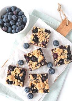 Een simpel recept voor een heerlijk resultaat: blauwe bessen-havermout kruimelrepen. Daar krijg je geen genoeg van, maak ze zelf ook! Healthy Cake, Good Healthy Recipes, Healthy Baking, Sweet Recipes, Healthy Food, Baking Recipes, Snack Recipes, Dessert Recipes, True Food