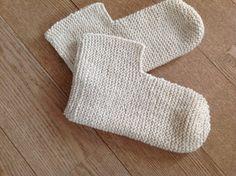 Tangs univers: Sutsko - en meget let model Knitting Patterns Free, Free Pattern, Bed Socks, Felt Shoes, Drops Design, Knit Crochet, Weaving, Slippers, Let It Be