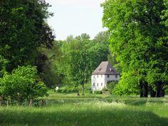 Park an der Ilm - Weimar, Niemcy. Otoczenie domu Goethego, położonego na skraju arkadyjskiej doliny obsadzono różami i roślinami zielnymi, które kiedyś hodował lub o których wspominał w utworach. Ogród poety odwiedził książę Hermana von Pückler-Muskau, co podobno zainspirowało go do założenia rozległego parku w Bad Muskau.