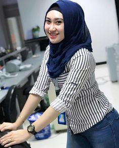 Setahunbaru: Happy Hijab Girl Has a Love Beautiful Hijab Girl, Beautiful Models, Hijab Fashion, Fashion Beauty, Hijab Tutorial, Hijab Chic, Fashion 2020, Turtle Neck, Mom