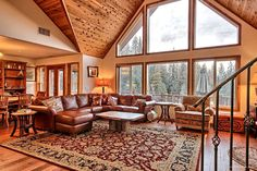 Gorgeous Vacation Rental with Hot Tub near Yosemite National Park, California Glamping California, Yosemite California, How To Build A Log Cabin, Luxury Cabin, Cabin In The Woods, Cabin Interiors, Log Cabin Homes, Interior Design Living Room, Great Rooms