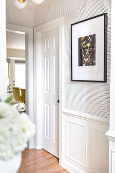 Choosing wallpaper for the hallway can be a tricky undertaking. We'll guide you through the best practices with your hallway wallpaper. Hallway Wallpaper, Wainscoting Hallway, Wallpaper Accent Wall Bathroom, Wainscoting Styles, Framed Wallpaper, Black And White Wallpaper, Black White, Black Dots, Wall Molding