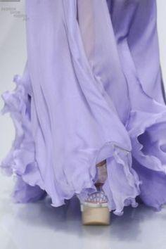 Crêpe vaporeux et froufrous lavande... Joli! ~~~ Misty frills in silk crepe-de-chine... Pretty!