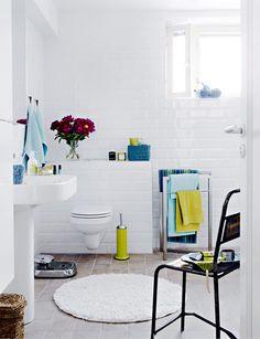 Luo tunnelmaa tehosteväreillä. Turkoosit ja vihreät tekstiilit tuovat raikkaan tuulahduksen valkoisena hohtavaan kylpyhuoneeseen. / Bright colours make white bathroom more interesting and less sterile. Kuva/pic: Martti Järvi