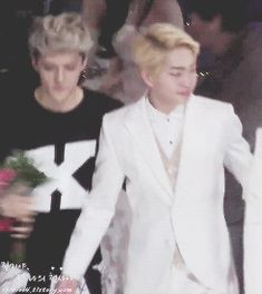 Sehun not letting go Onew 1/4 (gif) Both are so handsome ㅠㅠ