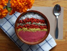 This Superfood Smoothie Bowl is guaranteed to keep you energized and glowing into the afternoon, plus it's Vegan and Gluten-Free! Raw Food Recipes, Brunch Recipes, Healthy Recipes, Healthy Food, Healthy Habits, Healthy Smoothie, Smoothie Bowl, Holistic Nutrition, International Recipes