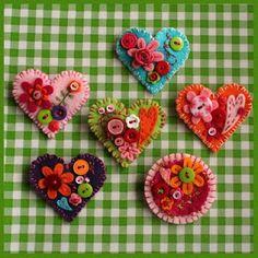 Hartbroches van vilt met knoopjes en bloemetjes