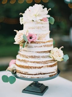 Swooning over this shabby-chic cake decorated in real flowers.