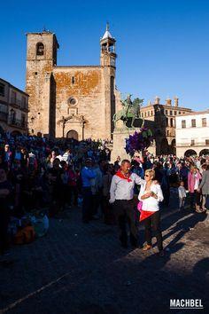 Pareja de adultos iluminados por el sol durante la fiesta del Chíviri en Trujillo, Extremadura