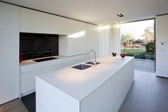 Witte, moderne keuken. #home #kitchen #white #modern Kitchen Interior, Kitchen Decor, Classic House Design, Kitchen Dining Living, Interior Minimalista, Shabby Chic Kitchen, Modern Kitchen Design, Kitchen Flooring, Home Kitchens