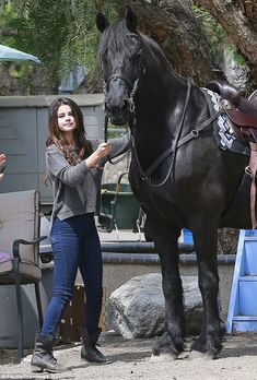 She had a big weekend at Coachella with her on-off boyfriend Justin Bieber. But Selena Gomez pulled back the pace on Thursday and got back to nature, instead opting to spend a day on a Los Angeles ranch canoodling with and riding horses. Style Selena Gomez, Fotos Selena Gomez, Selena Gomez Fashion, Selena Gomez Pictures, Selena Selena, Mtv Video Music Award, Steve Madden Troopa Boots, Boyfriend Justin, Wizards Of Waverly Place