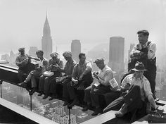 At hundreds of feet above the bustling streets of New York City there's not just work, there's also rest. A construction worker relaxes during his lunch break on top of the RCA Building at Rockefeller Center on Sept. Famous Pictures, Old Pictures, Old Photos, Vintage Photos, Vintage Art, Rockefeller Center, Vintage Workwear, Lunch Atop A Skyscraper, Margaret Bourke White