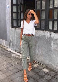 LOVE HER FABULOUS OUTFIT, WHICH IS IN FACT QUITE SIMPLE, GREY JEANS WORN WITH WHITE TEE, TAN SHOULDER BAG & MATCHING SANDALS! - LOOKS SIMPLY STUNNING! ! 🛍