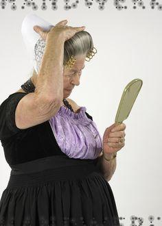 Mevrouw Vos uit Middelburg, meester in vouw- en plooitechniek.