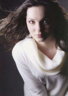 Jeune comédienne et modèle, Morgane Touzalin Macabiau se passionne pour le chant. Elle est soprano à la voix claire.