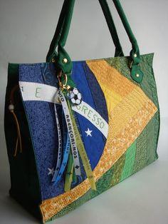 Bolsa feita de lona , com a parte da frente em patchwork. Fechamento com zíper, dois bolsos com zíper na parte de trás e internamente e uma divisória.