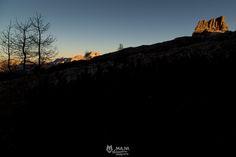 Averau - Dopo una fantastica giornata trascorsa ad esplorare la Croda Negra con i suoi cunicoli e gallerie della Prima Guerra Mondiale, le lunghe ombre della sera si stendono sulle cime. Sono da poco passate le 4 del pomeriggio ed il freddo è già pungente. In un silenzio assoluto ci godiamo un epico tramonto sull'Averau e le Dolomiti d'Ampezzo. ________ Averau (2647 mt.) © Ma.Ni. Adventure photography  www.instagram.com/mani.photography