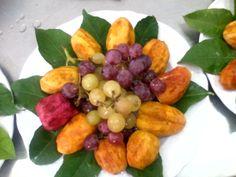 Fresh fruits: prickly pear, grapes.