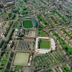 Dens Park (Dundee FC) and Tannadice (Dundee United). The closest football grounds in the UK, the Dundee Derby. Dundee Fc, Dundee United, Soccer Stadium, Football Stadiums, British Football, European Football, Liverpool Football Club, Liverpool Fc, Dundee University