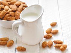 Mandelmilch selber machen mit nur drei Zutaten. Funktioniert auch mit Soja