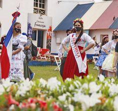 """18 Me gusta, 1 comentarios - Luciano Ferreyra ♌ (@lucianofe_77) en Instagram: """"Una o varias flores! Desfile en el Parque de las Naciones en el marco de Oberá Inmigrantes de…"""" Instagram, Dresses, Fashion, Parks, Suits, Flowers, Vestidos, Moda, Gowns"""
