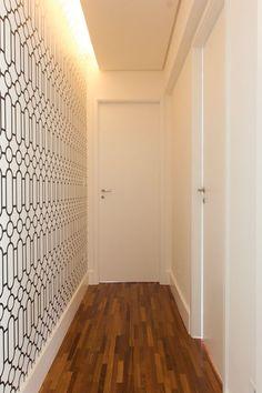Em apartamentos pequenos onde não é possível ter um hall de entrada, decore uma das paredes do corredor com papel de parede colorido, que faça contraste com as outras paredes lisas do ambiente :)