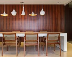SJZ House / ZIZ Arquitetura @zizarquitetura @tomdixonstudio #jantar #dining #lighting #wall #panel #wood #TomDixon