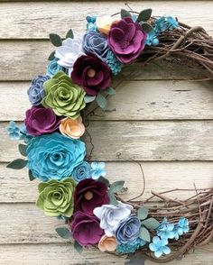 Flower and animal felt craft projects you will love. Wood Flowers, Felt Flowers, Diy Flowers, Fabric Flowers, Paper Flowers, Wood Wreath, Felt Wreath, Wreath Crafts, Easy Felt Crafts
