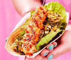 Grillade laxspett med kimchi och sesamfrön är ett grillrecept med asiatiska smaker. Trä upp laxfilén på spett och pensla laxen med hoisinsås medan du grillar den. Servera den grillade laxen med kimchi – en kryddig koreansk sallad med vinäger, honung, sesam och sambal oelek.