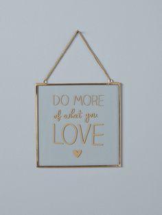'Do more of what you love'... Un message positifdans un joli cadre tendance. Que demander de plus ?DétailsChaînette de suspension. Dim. 20 x 20 cm.Ma