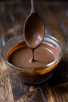 A simple chocolate fudge sauce made with just 4 ingredients that's Paleo, vegan, and refined sugar free! Serve over ice cream or any dessert. Chocolate Paleo, Chocolate Sauce Recipes, Coconut Oil Chocolate, Chocolate Dipping Sauce, Chocolate Fudge Sauce, Chocolate Flavors, Vegan Chocolate Syrup Recipe, Chocolate Desserts, Almond Milk