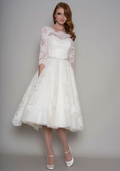 Open Back Knee Length Short Elegant Lace Wedding Dress with Sleeves