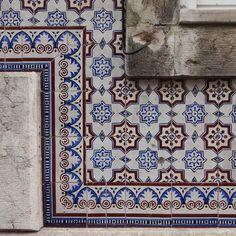 #azulejo #azulejos #tile #tiles #tiled #patterns #pattern #design #art #urban #urbanart #design #azulejospadrao #amantedelosazulejos #azulejosdeportugal #streetart #portugaldenorteasul #wanderlust #ihavethisthingwithtiles #lisboa #portugal #lisbonlovers #visitportugal #super_portugal #streetphotography #gerador #architecture #p3top #vintage #travel #super_portugal #rsa_minimal by azulejospadrao