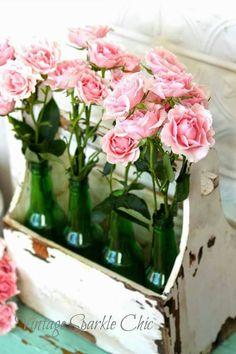 """Lindo detalhe para decoração de eventos. Açroveitando o """"revisteiro"""" de madeira com pequenas garrafas ... Um lindo !"""