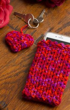 Easy Cell Phone Cosy & Heart-Shaped Key Fob Free Crochet Pattern from Red Heart Yarns (UK crochet terms) ༺✿ƬⱤღ http://www.pinterest.com/teretegui/✿༻