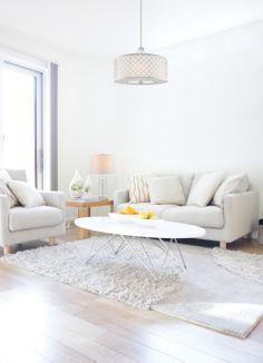 #Salon de style #transitionnel avec #suspendu et #lampedetable. / #Transitional #livingroom with #pendant and #tablelamp.