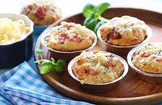 Oppskrift på gode og saftige muffins med ost og skinke. Matmuffins er fine å servere til lunsj, ha med ut på piknik eller som et langt spentigere innslag i matpakken enn tørt brød med leverpostei....