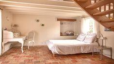 Hálószoba rusztikus lakásban Hálószoba, vidéki ház     Antik bútorok rusztikus hálószobában     Hálószoba egyszerű berendezéssel     Rokokó hálószobabútorok Furniture, Home Decor, Decor, Bed