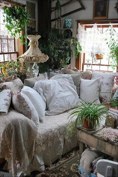 Now this is a cottage room I can relax in! So warm and welcoming.