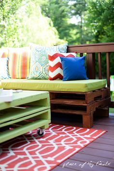 Seating made from pallets couch outdoor pallet projects furniture made from pallets garden seating using pallets Pallet Couch Outdoor, Outdoor Pallet Projects, Pallet Patio Furniture, Outdoor Furniture Plans, Reclaimed Wood Furniture, Furniture Projects, Rustic Furniture, Diy Furniture, Painted Furniture