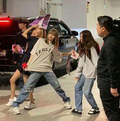 Black Pink Yes Please – BlackPink, the greatest Kpop girl group ever! Blackpink Fashion, Korean Fashion, Fashion Outfits, Lisa Bp, Jennie Blackpink, Kpop Girl Groups, Kpop Girls, Memes Blackpink, Mode Ulzzang