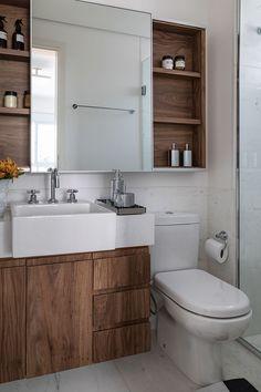 Decoração de apartamento pequeno e integrado. No banheiro, lavabo, armário de madeira, pia branca, nicho de madeira com adornos.  #decoracao #decor #details #casadevalentina