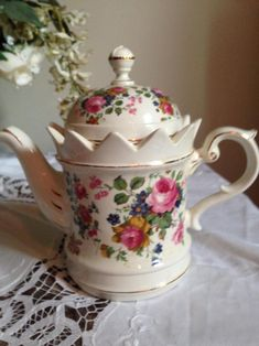 Chocolate Pots, Chocolate Coffee, Crystal Centerpieces, Perfect Cup Of Tea, China Tea Sets, Alice In Wonderland Party, Teapots And Cups, Cup And Saucer Set, Porcelain Ceramics