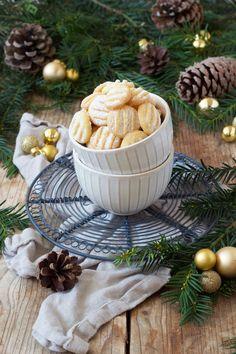 Puddingplätzchen Rezept - Die Puddingkekse sind einfach und schnell zu machen und schmecken luftig leicht, daher werden sie auch oft als Scheeflöckchen bezeichnet. // Sweets & Lifestyle®️️ #puddingplätzchen #puddingkekse #schneeflöckchen #rezept #weihnachtskekse #kekse #weihnachtsbäckerei #weihnachtsgebäck #weihnachten #backen #schell #einfach #sweetsandlifestyle Cookie Recipes, Dessert Recipes, Biscuits, World Recipes, Fabulous Foods, Clean Recipes, Cake Cookies, Bakery, Food And Drink