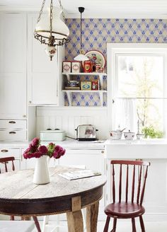 A romantic kitchen in an old house. Cozy Kitchen, Country Kitchen, Cottage Kitchens, Home Kitchens, Beautiful Kitchens, Beautiful Interiors, Romantic Kitchen, Swedish Decor, Style Deco